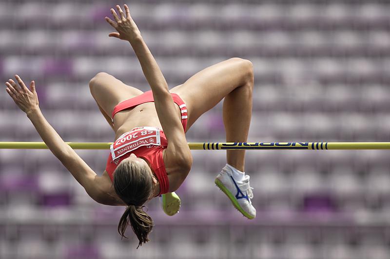 femme sautant en hauteur