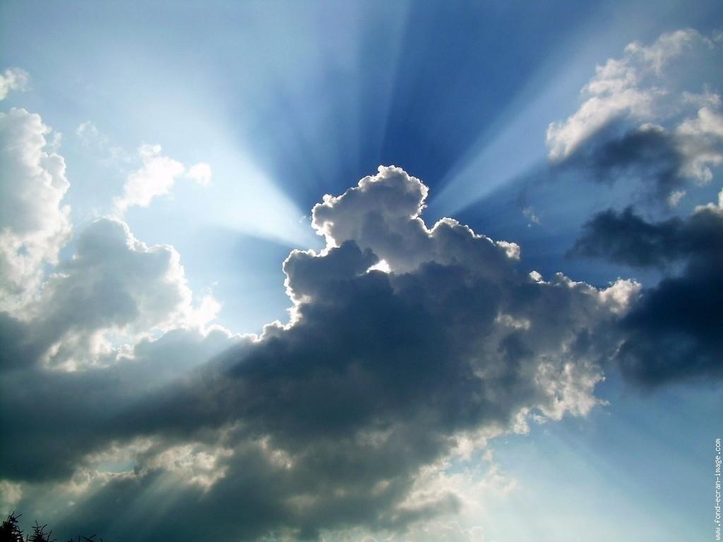 nuages avec rayons du soleil