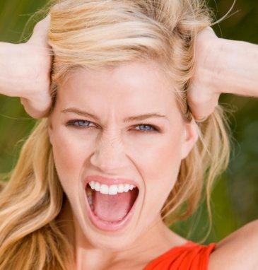femme blonde criant