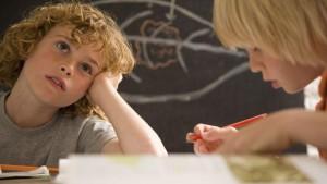 enfant revant devant devoirs